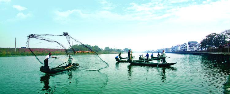 5  渔民撒网捕鱼。罗杰科摄.jpg