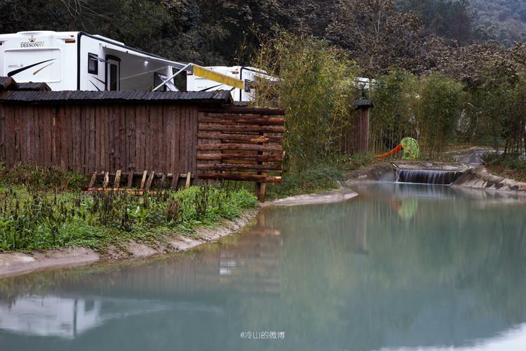 牧家松谷房车营地位于旗山温泉度假区内,171路公交车可以直达门口.
