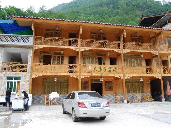 海螺沟木房子客栈以木质结构为主要设计风格,为您呈现淳朴,不做作的自
