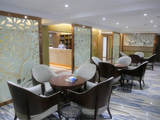 入离店时间入住时间:14:00以后 离店时间:0:00-13:00 酒店简介 简阳橄榄树酒店以橄榄树命名的独具一格的精品茶楼酒店,以绿为主调,在繁杂的色彩中回归心灵 依偎的港湾,茶楼、客房两大主体营业区域,以绿色、环保、健康的宗旨,让每一位顾客放心享受愉悦放松的 美时光。酒店分为上下两层,由别致的橄榄树雕塑串联在树枝上,客房拥有标准套房、精品套房以及海景套房,名师设计,橄榄树主题绿色风格典雅温馨,采用原装意大利装修材料,均设有中央空调、中央热水器、大屏液晶电视,设备齐全高档。简阳橄榄树酒店以橄榄树命