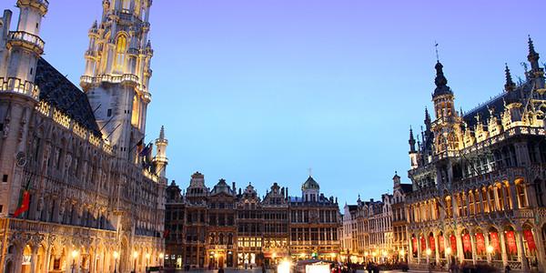 摩天大楼和中世纪古建筑相得益彰