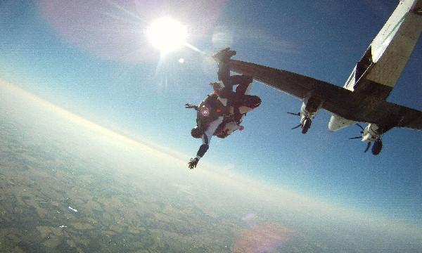登上专属跳伞飞机,飞机将飞行20分钟左右才能到达起飞高度,在这20