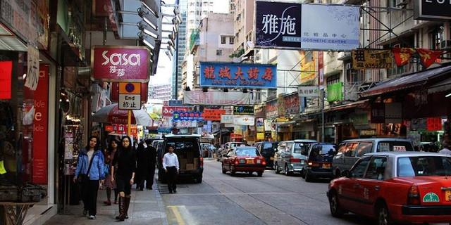 它西接弥敦道,横跨漆咸道南,东北接科学馆道,是一条著名的购物街.
