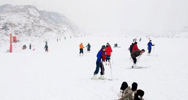 动物园往东6公里,东山植物园自然风景区内,是离太原市区很近的滑雪场.