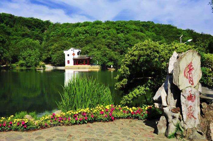 消费提醒:去南京珍珠泉的N大理由 理由1 中国的山湖实景高品质天然泉水水上乐园;奇泉是这里特色之处,尤以珍珠泉一泉三景的独特景观久负盛名。 理由2 位于山青水秀的国家AAAA级重点风景区南京珍珠泉风景区东部,群山环绕,众湖镶嵌,山水秀美、风光绝佳,乐园用水全部采用纯天然的珍珠泉泉水,高品质天然泉水水质! 理由3 珍珠泉风景区丘陵起伏蜿蜒,为老山东延的一部分。山峰环合,林木葱茏,谷深幽峻,碧水涟涟,泉逐云影,明珠万斛,情趣横逸。以山秀、石美、水丽、泉奇之雅誉 著称。适合各种年龄段的朋友去旅游度假,有动物园