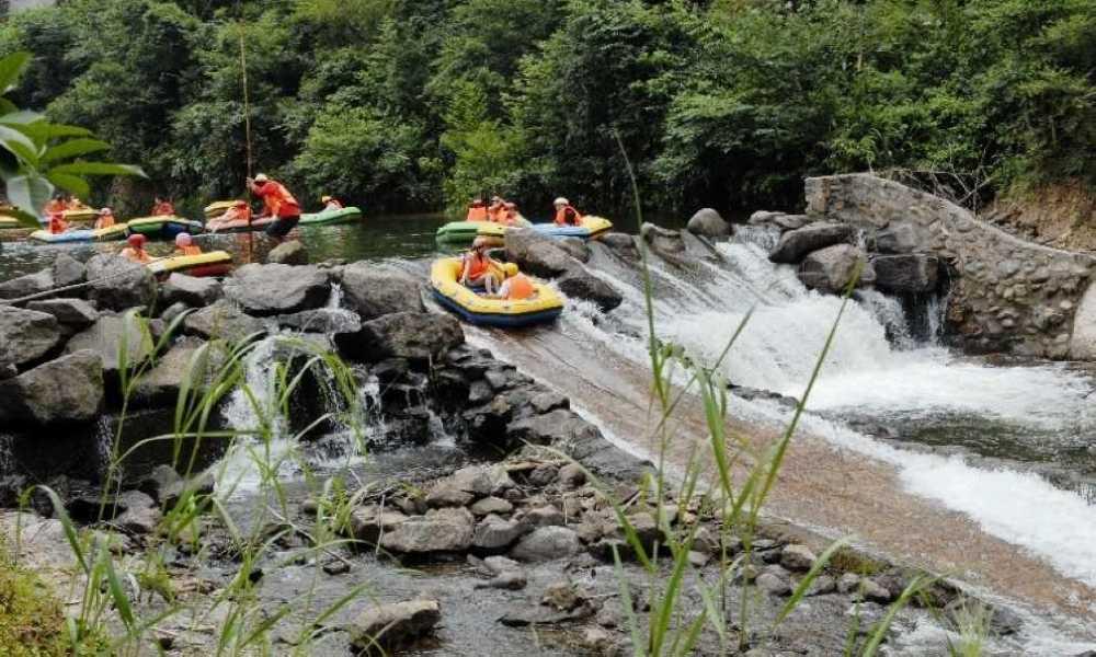 两岸的主要景点包括云龙瀑,樱花岛,睡美女,连心岛,连心潭,鲤鱼跃
