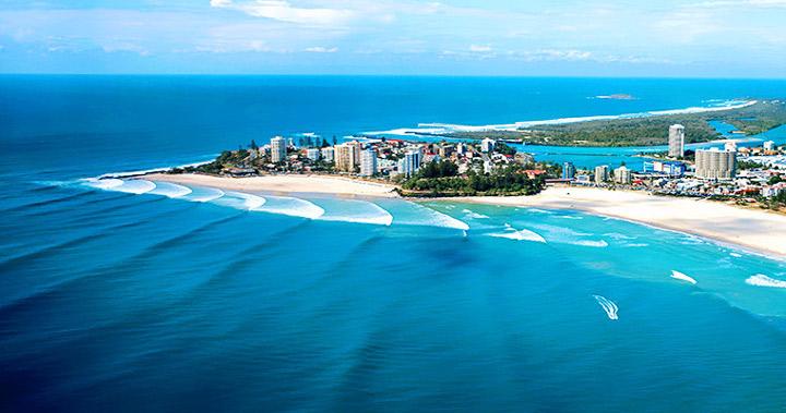 黄金海岸(Gold Coast)由数十个美丽绵白沙滩组成。这里终年阳光普照、空气湿润,有连绵的白色沙滩、湛蓝透明的海水和浪漫的棕榈林,一年四季都适宜旅游,尤其是每年的十二月到次年的二月的夏季时节,非常适合各种极具吸引力的水上活动和沙滩运动。 除了景色宜人,这里还有一个占地20 公顷的飞鸟保护区,数以百计的红嘴蓝颈绿羽长尾鹦鹉栖息于此,鹦声鸟语,清脆悦耳。 此外,这里还分布着众多富有趣味的主题乐园,比较有名的有华纳兄弟电影世界、海洋世界及梦幻世界等。