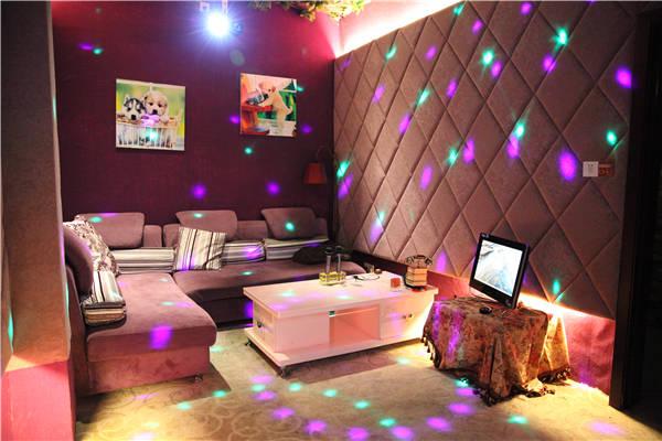 南京最文艺范儿的影院,风格类似酒吧,装修很有格调,木头桌椅,墙上都是
