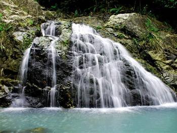 特色的山沟峡谷溪流瀑布