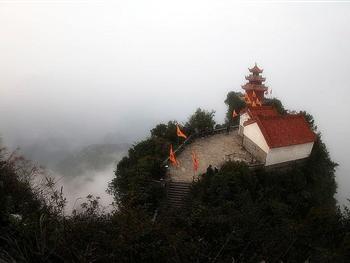 山上古建筑群宏伟壮观,唐始建道观,清同治年间,大兴土木,仿武当山修成