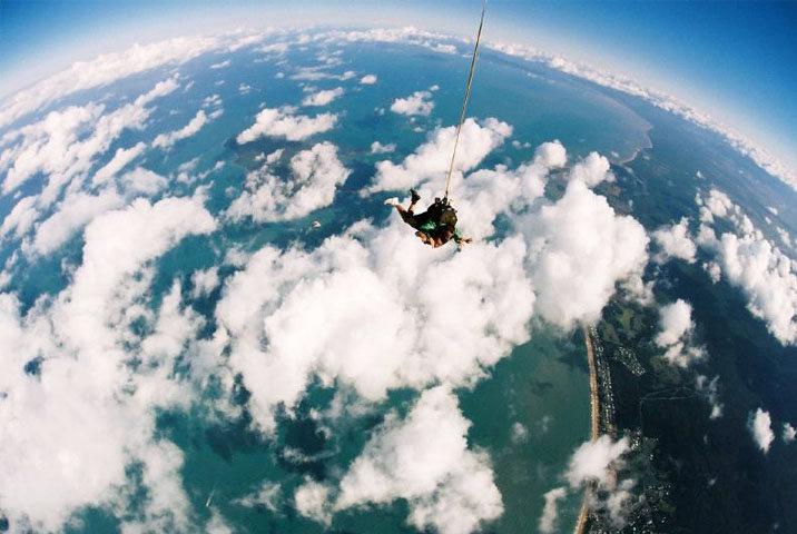 乘坐着小型飞机,慢慢上升至高空,跟随着专业的跳伞教练从机舱里一跃而