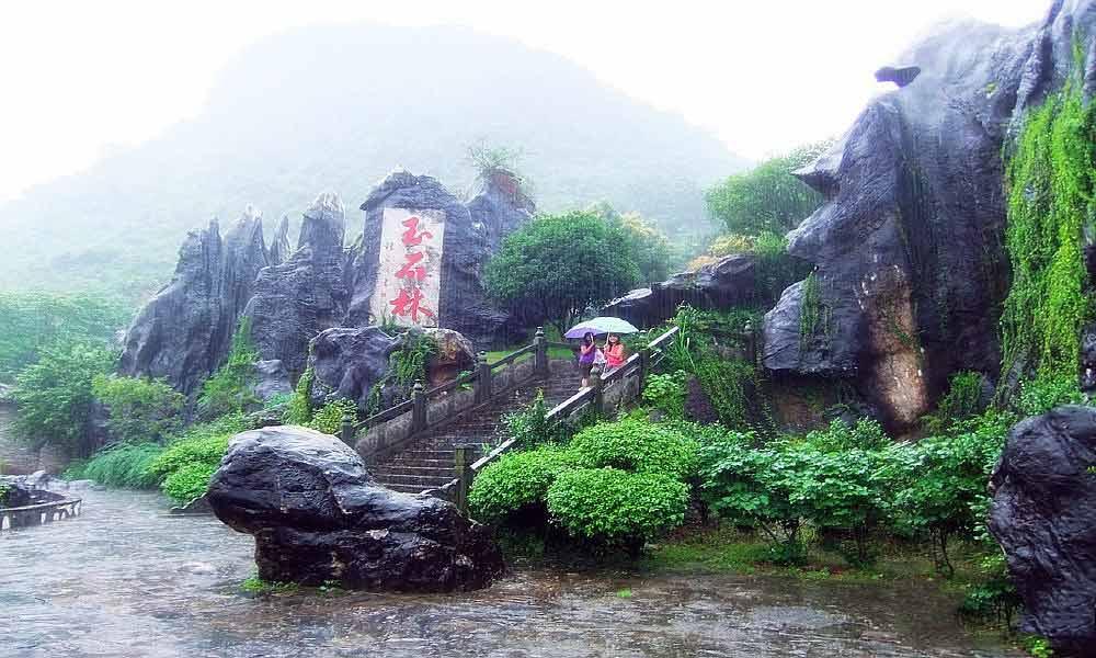 距市区18公里,与姑婆山国家森林公园,贺州温泉,贺州十八水同在一条