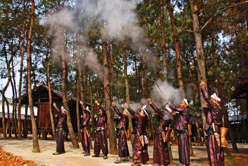 岜沙苗神秘祭树仪式