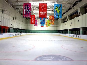 游玩景点济南冠军溜冰场 冰场总面积2000平方米,冰面900平方米采用