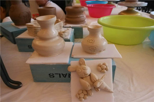 陶艺制作,能满足儿童好动,好奇,好胜的需要,人人都喜欢制作,个个都能