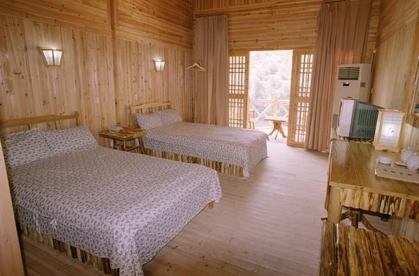 酒店小木屋客房别致,让人有一种回归绿色大自然的感觉,房间内电视机