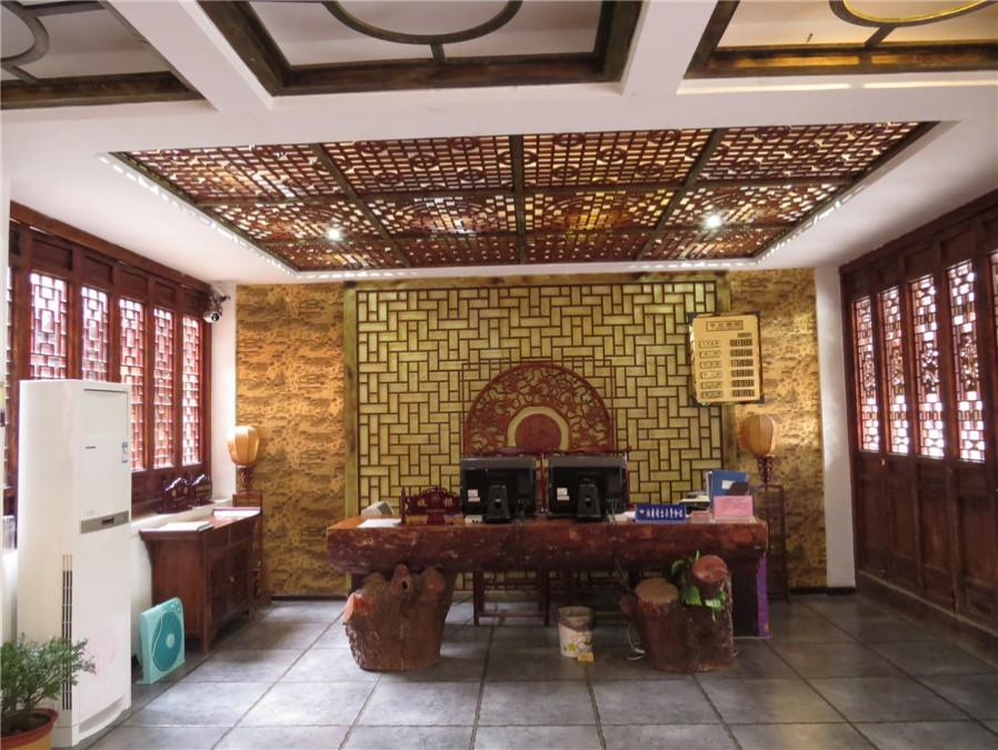 一个寻梦的地方,入住台儿庄复兴酒  酒店外观为木质仿古设计,装潢