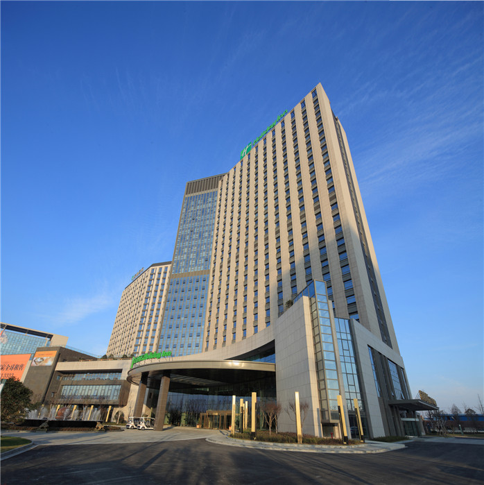 酒店地理位置优越,紧邻南通火车站,距离南通市中心-南大街商圈及濠河