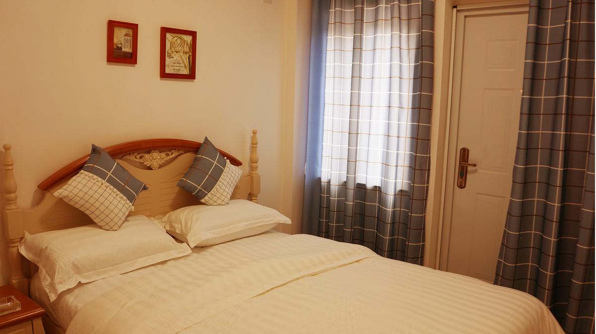 酒店拥有百席珍世欧陆森林别墅,多幢生态小木屋,于山水间构造的